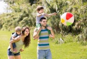 familia-de-quatro-pessoas-no-parque_1398-4779